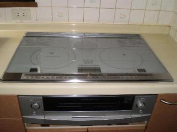 ハイパワー火力のIHクッキングヒーター設置完了です!キッチンが広く感じられますね。