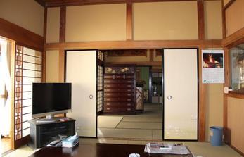 塗り壁・襖・物入れ扉・畳・照明を綺麗にさせて頂きました。 以前のテイストはそのままに、全体的に部屋も明るくなりリフレッシュ致しました!!