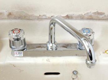 蛇口が古く劣化していたので、新品に交換して水漏れ解消です(・ω<)