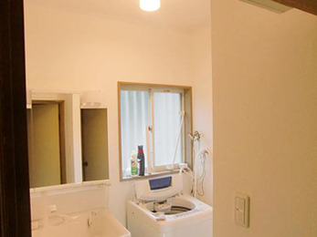 省エネできる水栓・陶器製大型洗面器を兼ね備えた洗面化粧台とクランクレス水栓の浴室(^^♪