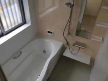 お風呂も床も壁紙も