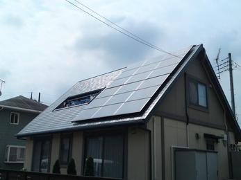 太陽光発電設置完了です!太陽の光をサンサンと浴びて、今後の発電量も気になるところです。