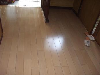 明るい色のフローリングに仕上がりました。床の色が違うだけで、雰囲気もガラッと変わります。