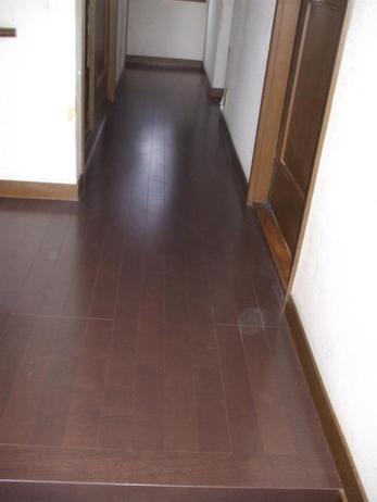 ダークブラウンのシックな床に仕上がりました。