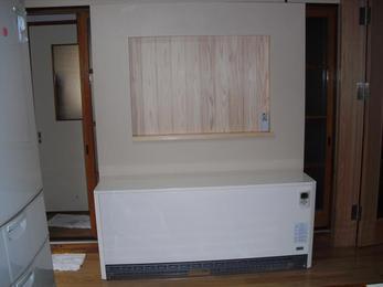 引き戸の前に設置しましたので、背面を固定するための壁を造作しそこに固定しました。また、壁には飾り棚をつくりました。