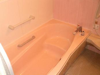 のびのびくつろげるお風呂になりました♪手すりもつけて安心安全です♪