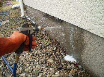 家の外周も、隅々まで丁寧に消毒し害虫の侵入を防ぎます。