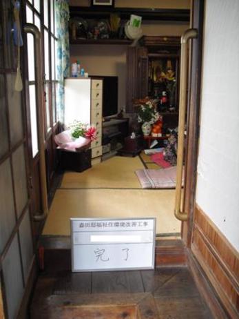 和室入口両側に手すりを取付けました!小さな段差も手すりがあることでとても楽になります。
