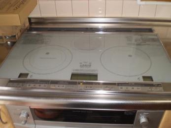 ピカピカのIHクッキングヒーター設置完了です。平らなトッププレートでキッチンが広く感じられますね!
