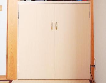 収納棚は二段で、上段にはお仏壇を置き、下段の扉は観音開きにしました(^-^)
