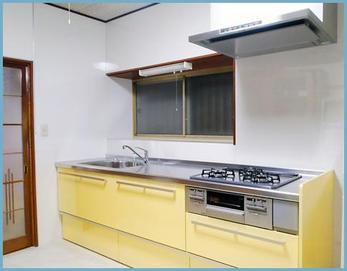 キッチンはクリナップラクエラ2400を設置しました☆ オプションで洗えるクリンフードも設置です(^O^) 床の張替えも行いました(^O^)v