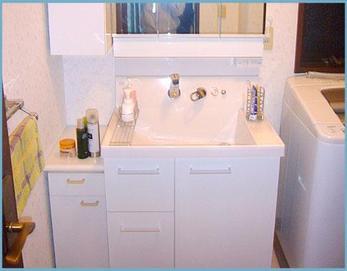 LIXILピアラを設置しました! 水栓まわりは水溜まりが気になりお掃除が大変ですが、ピアラは水栓が壁付けなのでお掃除がしやすいですよ(^^)