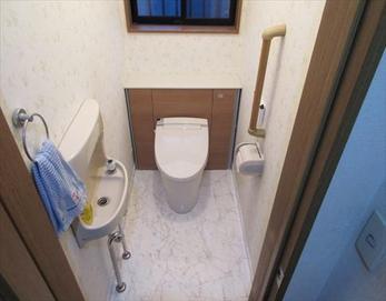 タンクレスになった事により、収納場所も増え、全体的に広く感じられるトイレ空間になりました☆(^^)/ (LIXIL リフォレⅠ型)