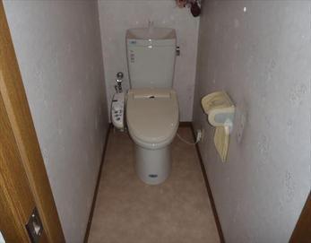既存の便座をそのままご利用する形でのリフォームです♪ ※トイレ本体:LIXIL アメージュZリトイレ GBC-Z10HU(オフホワイト)                      GDT-180HU(オフホワイト)