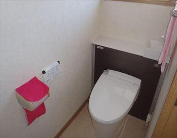 タンクをキャビネットで隠してすっきりとお洒落なトイレに♪  ※トイレ:LIXIL リフォレ キャビネット付トイレ