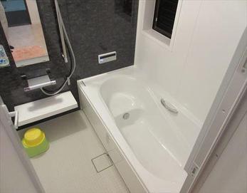落ち着いたカラーのお洒落な浴室になりました!(*^-^*) お掃除のしやすさアップ♪冬の床の冷たさもかなり軽減され、今まで以上にバスタイムが快適に♪  ※ユニットバス:LIXIL キレイユ BJDS-1616LBZ キレイ浴槽クレリア  くるりんポイ排水...