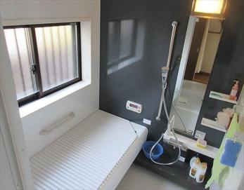 窓を以前より少し小さくしつつも明るくてお洒落なバスルームになりました♪  ※ユニットバス:トクラス ストーリー1616MS