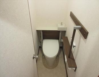トイレも壁のクロスも床も新しくしたことで見違えるほど! お掃除もしやすくて心地の良い空間に♪