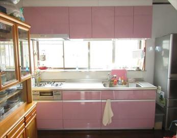 ピンク色で、明るく広く感じられる空間になりました!(^^)/ 【システムキッチン型式】リクシル ASシリーズ