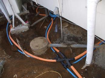 土の中で剥き出しの配管が腐食しているので、腐食しにくい配管にて引き直しました。