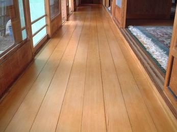 床を張り替えた様にワックスだけでこんなにも色艶が蘇りました!