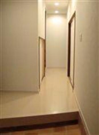 照明もない暗い廊下が明るくすっきりとした廊下へと変身しました。もちろん床下も全面リニューアルしました。