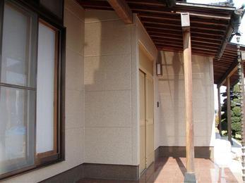 外壁全面塗装、そして屋根補修工事をしました。 建物が新築の時以上に輝いています。