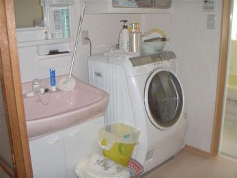 洗面室の床・壁もモルタル下地になっていましたので、解体して新しい洗面室を施工しました。
