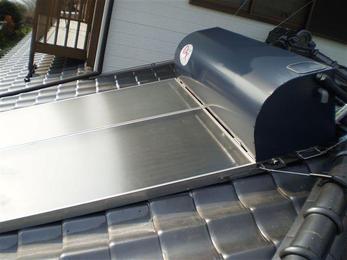 本体内に水漏れが見られますので太陽熱温水器を交換します。