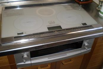 煮物、焼き物、炒めものと何でもOK。真ん中のグリルではパンだって焼けちゃうんです。今回はエコキュートと組み合わせて、オール電化にしちゃいました!