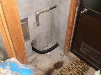 使用する床下の消毒剤は土壌や木材に強く吸着する性質があり、害虫の侵入と木材の腐れに効果があります。