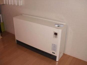 設置完了です!蓄熱式暖房機は重量があるため、一度設置すると移動が困難なので、お客様と良く相談し合い、設置場所を決めます。