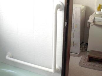手摺りを設置したので、これからは滑りやすい浴室も安心ですね!