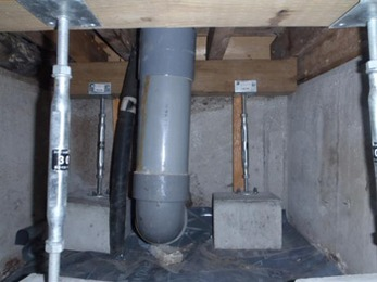床下のゴミ屑・ガラ等を掃除し、 防湿シート設置後に、新たに土台の束の補強を行いました!