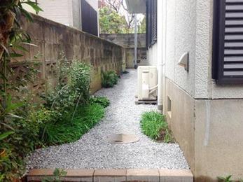 家の周りに防草シートと砂利を設置してお手入れ簡単&防犯対策(^^)