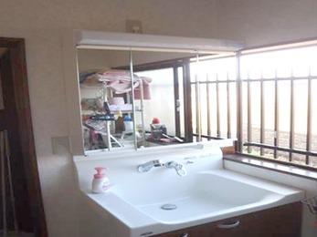 三面鏡となり、このようにすっきり広々とした印象の洗面台に生まれ変わりました!(*^-^*)