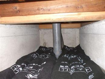 湿気の上がりやすい床下にまず防湿シートを敷き詰めました。