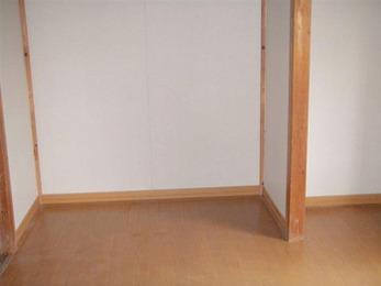 畳敷きをフローリング床に変更しました。ピアノを置く部屋として使用しますので、床補強工事も行いました。