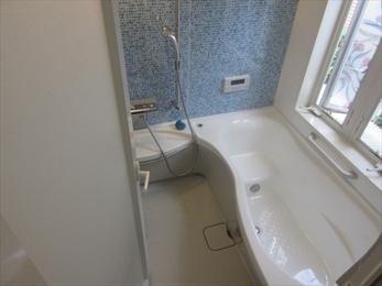 青いパネルが素敵な浴室に