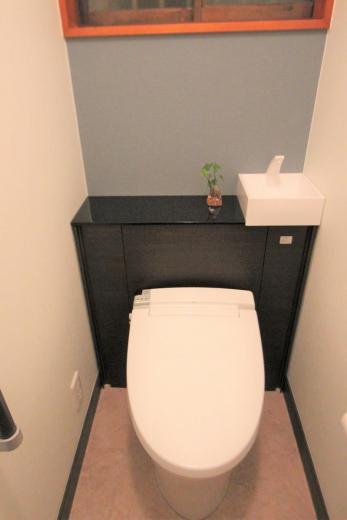 リフォームで手すりも新たに追加!クロスも張り替えて明るくなったトイレ空間