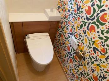 アクセントクロスで華やかなトイレ空間に変身