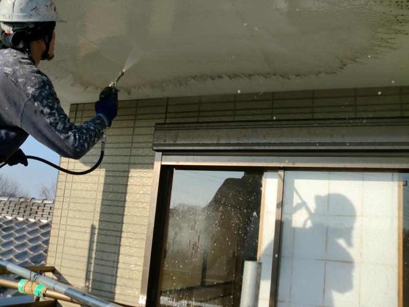 高圧洗浄機で外壁・軒天の汚れを落としていきます。