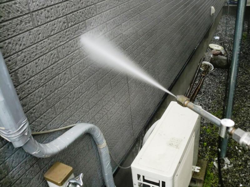 塗装前に外壁の汚れを高圧洗浄機で丁寧に落とします。