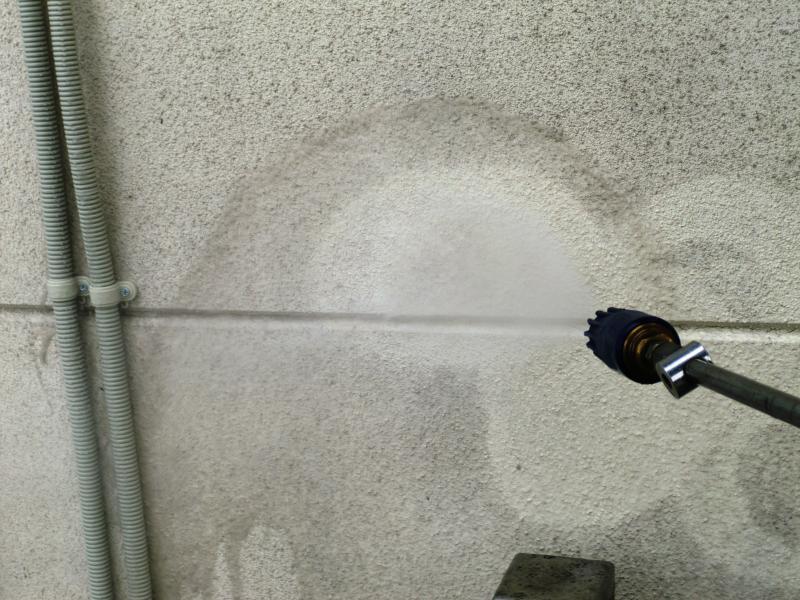 高圧洗浄機で汚れをどんどん落としていきます。