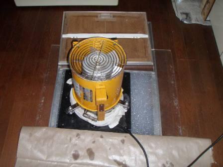 この装置で薬剤を細かな泡にして床下に散布していきます。