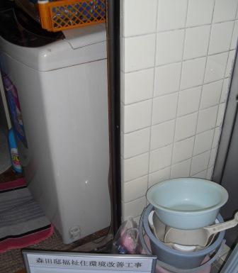 浴室と脱衣所の出入り口にも手すりを取り付けます。
