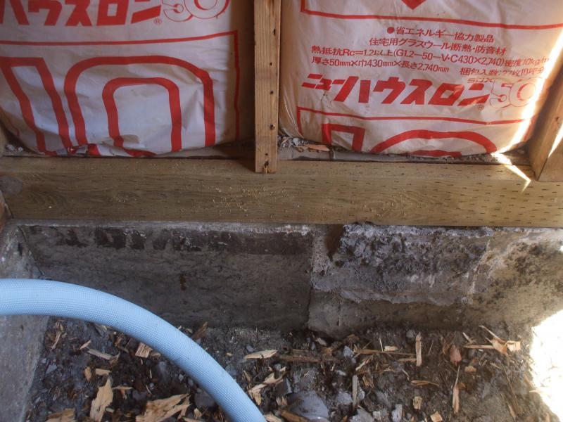 新しく断熱材を敷き詰め、古くなってしまっていた土台も新しくしました。