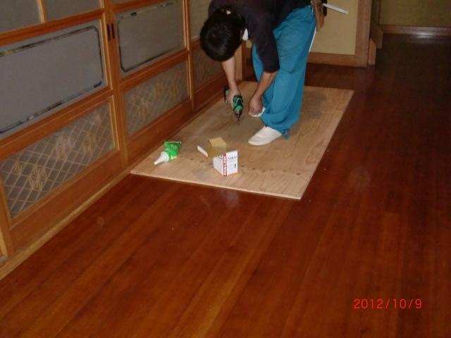 既存の床の上に下地補強のべニア板を貼っていきます。