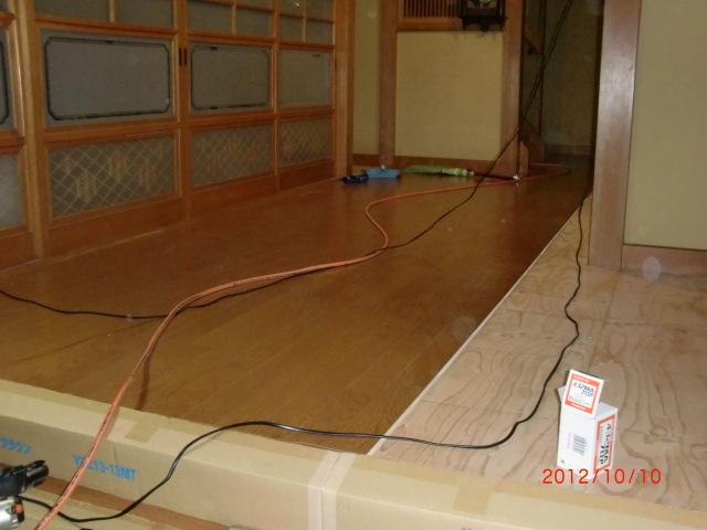 更にべニア板の上に新しく床材を貼っていきます!