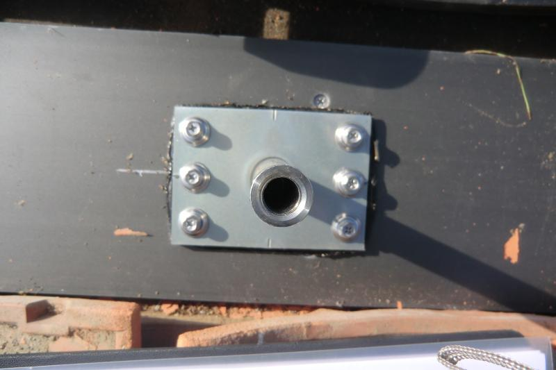 瓦にアンカーを取り付けます